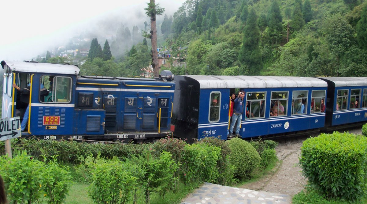 things-to-do-darjeeling-toy-train-ride_image