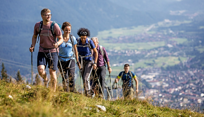 hiking in group_image