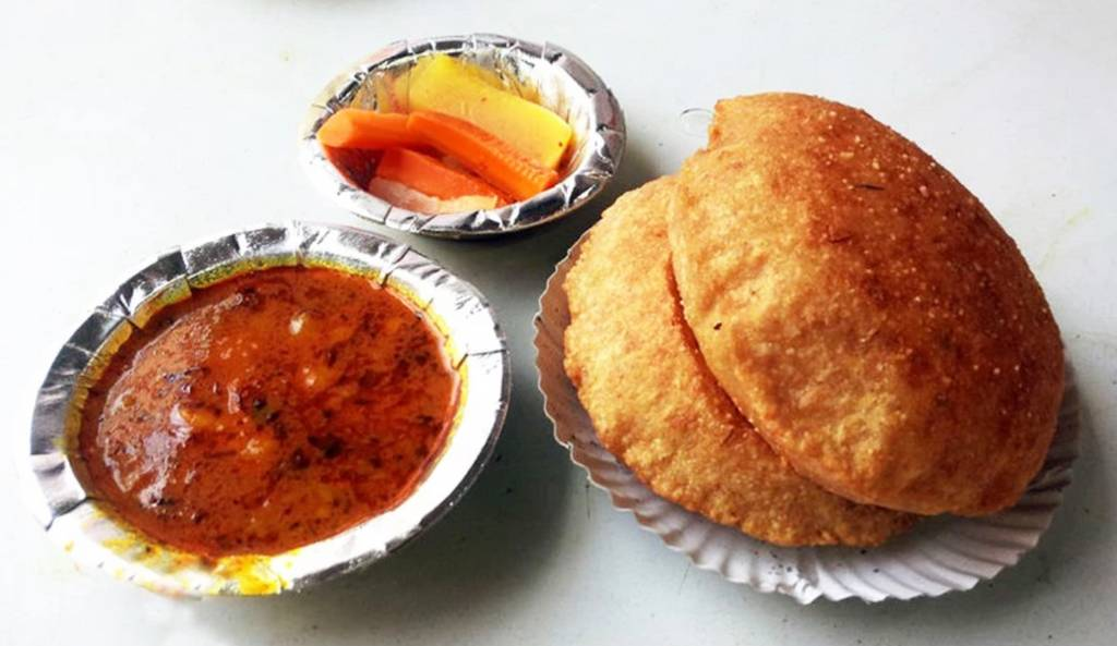 old_delhi_snacks_Aaloo_Puri_At_Nathuram_Caterers_Image